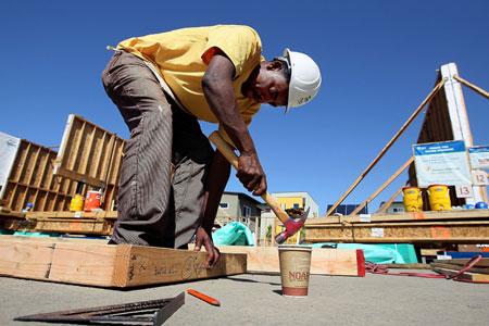 Homem negro trabalhando na construção